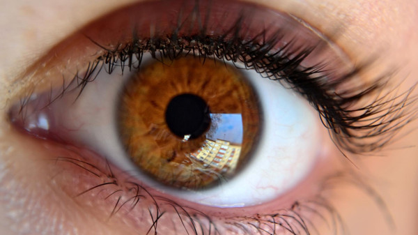 تحذير.. الموبايل في الظلام قد يفقدك البصر