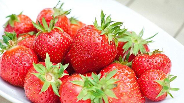 تناول حبات الفراولة قد يخفض من ضغط الدم