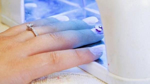 هل أشعة مجففات طلاء الأظافر تسبب السرطان؟